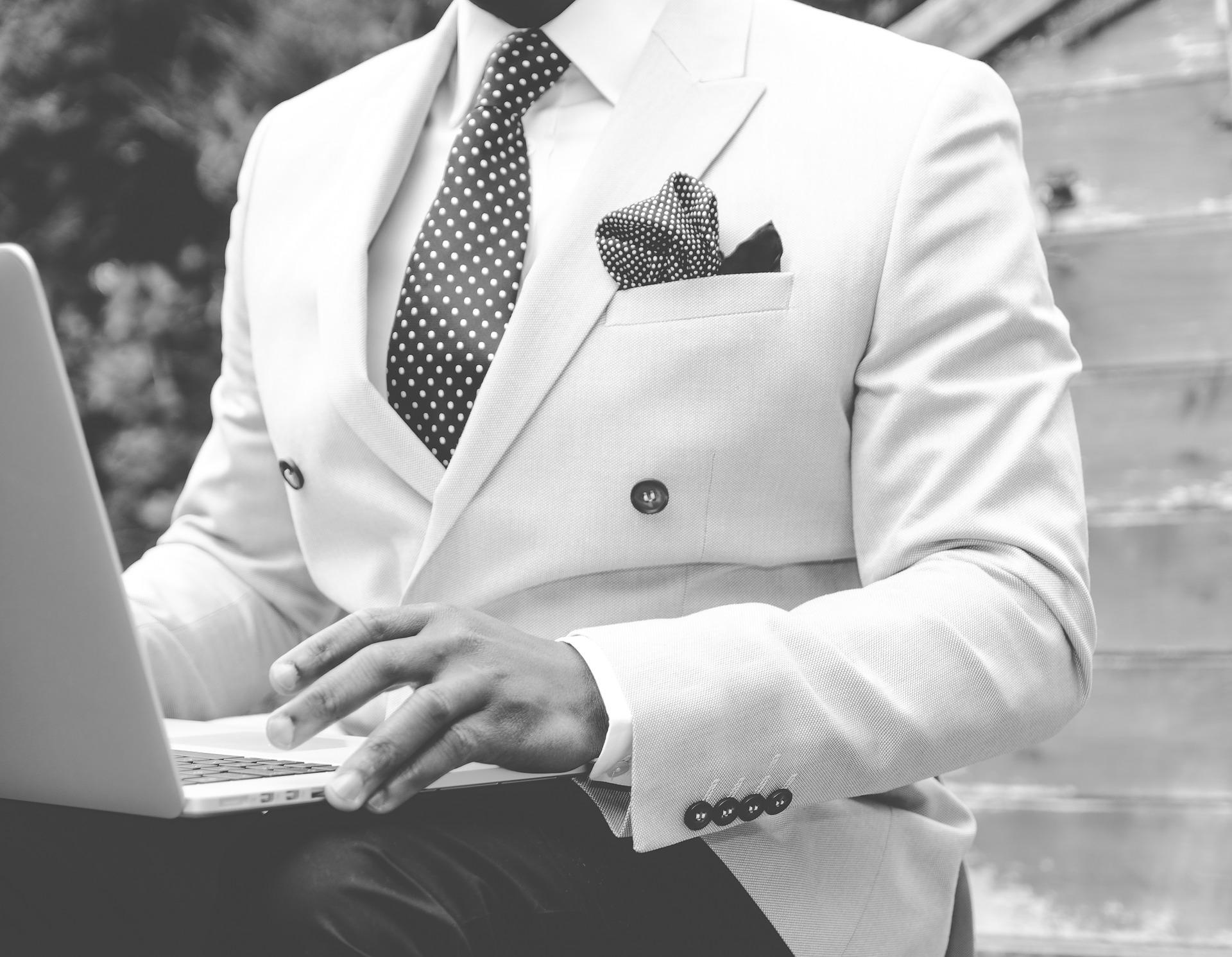 suit-869380_1920-2-